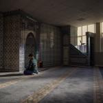 """""""På mitt jobb har vi alla typer av människor. Homosexuella, tjocka, muslimer. Men det är alltid vi som får höra öknamn. De kallar ofta alla muslimer """"Hassan"""" till exempel, oavsett vad man heter"""", säger Mansour vars föräldrar kommer från Afganistan. Här ber han en av fem dagliga böner i den turkiska moskén i norra Rotterdam."""
