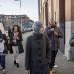 """Salima, Sobiha, Maryam, Marianne, Curtis och Mansour lämnar moskén i norra Rotterdam. """"Jag konverterade som vuxen och träffade några barn i en turkisk moské för ett tag sen som frågade mig hur det var när jag """"fortfarande var holländare"""". Det är den bilden många har, även muslimska barn som är födda här, att man inte kan vara holländare och muslim samtidigt"""" säger Marianne, som är ordförande för den muslimska paraplyorganisationen SPIOR."""