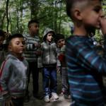 Enligt fransk lag måste barn gå i skolan, men vräkningar och ständigt runtflyttande gör ofta att romernas barn missar stora delar av grundskolan.