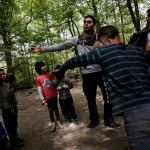 Geanni är volontär hos Romcivic och själv rom från Rumänien. Här kastar han boll med barnen i lägret.