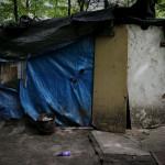 I lägret öster om Paris lever invånarna i tältliknande kojor, ofta förstärkta med presenningar och brädor.