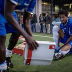 Polishögkolans fotbollslag har med sig fotbollsskor till motståndarna som en gåva inför matchen.
