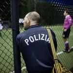 """En italiensk polis studerar framtida kollegors färdigheter på fotbollsplanen. """"Det är bra att de får mötas så här, våra killar har ofta dåliga erfarenheter av polisen i sina hemländer"""", säger Daniela Conti."""
