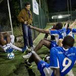 SLAGNA MEN INTE SÄNKTA. Tränaren Silvano Poggiogalli samlar sina spelare efter 6–3-förlusten i femmannamatchen mot polisstudenterna. Han är en av flera italienare som jobbar ideellt för klubben.