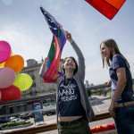 """Aliona hade aldrig hört talas om bisexualitet när hon märkte att hon drogs till båda könen. I dag jobbar hon med att få fler icke-heterosexuella att komma ut i Litauen, ett av EU:s mest familjekonservativa länder. """"Mänskliga rättigheter – mina rättigheter"""" står det på tröjorna som LGL har tryckt upp dagen till ära."""