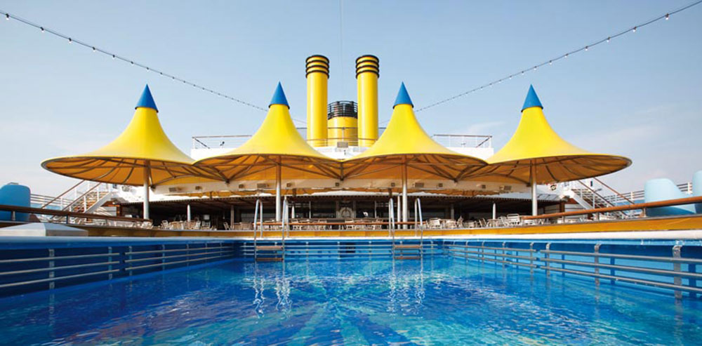 En av poolerna på Costa Luminosa. Foto: Costa Cruises