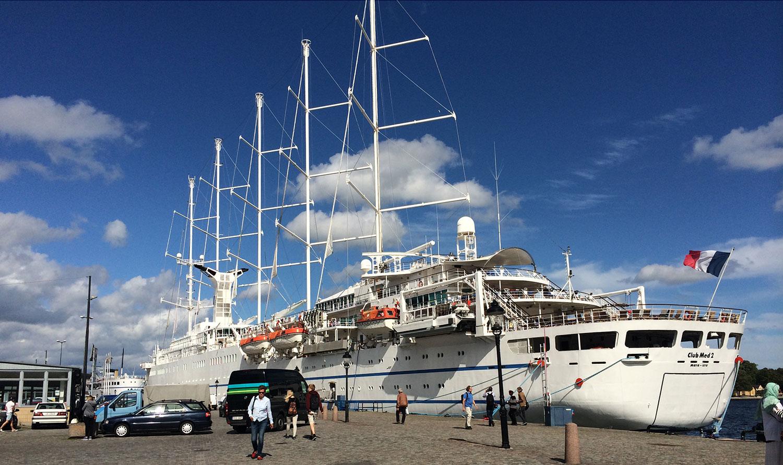 Club Med 2 är 187 meter lång, 8 däck hög och tar 360 gäster i 184 hytter.