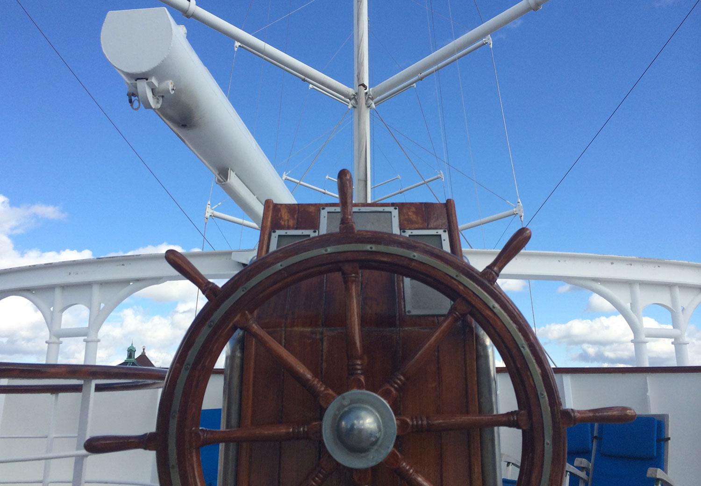 Kommandobryggan för segling –oftast går dock Club Med 2 för motor och styrs från den vanliga kommandobryggan i fören.