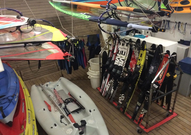 Unikt på ett kryssningsfartyg: i aktern finns en massa utrustning för olika vattensporter: vid vissa stopp öppnas luckan i aktern och gästerna kan då vindsurfa, åka wakeboard eller kitesurfa direkt från fartyget!
