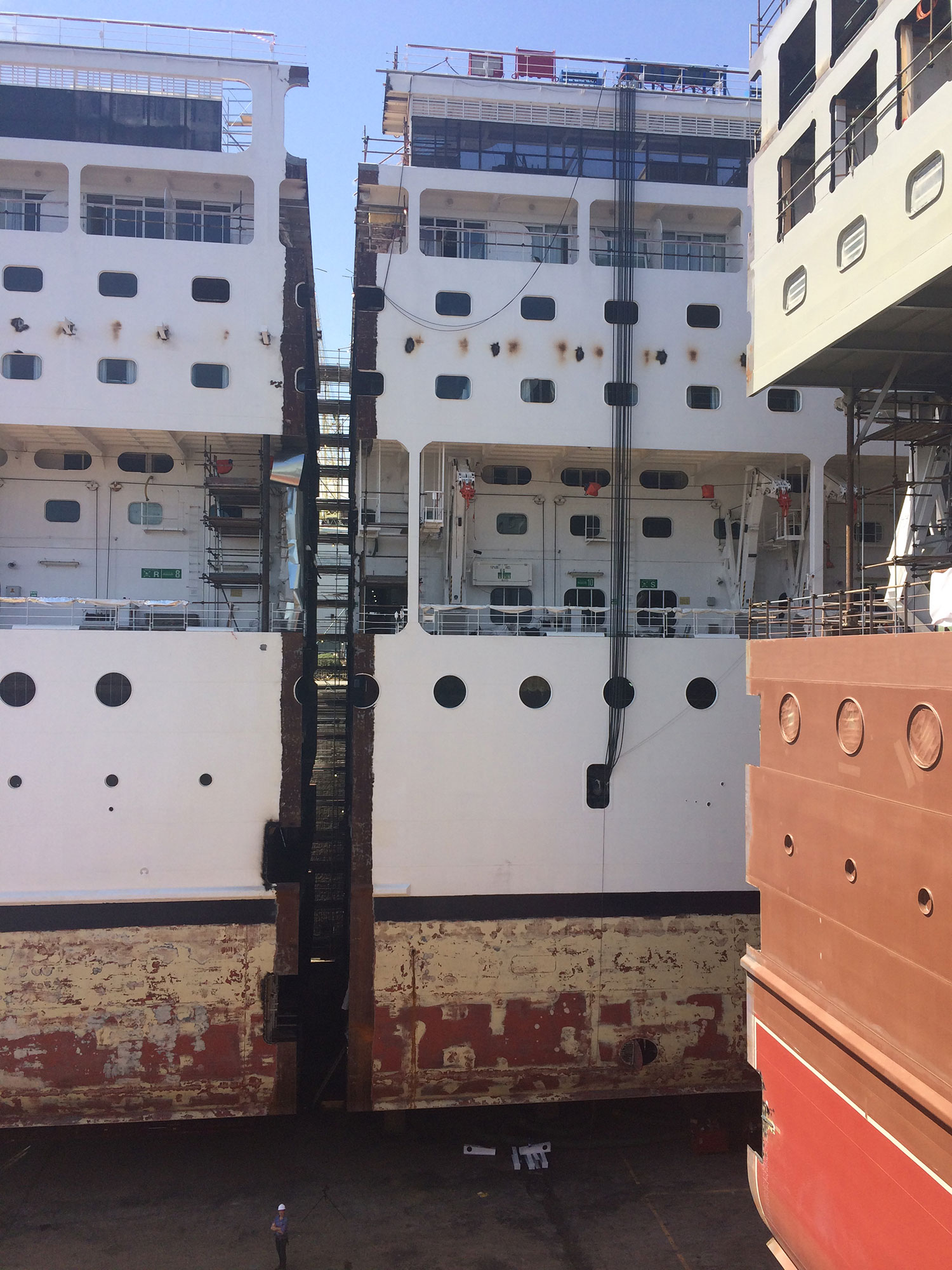 Fartyget MSC Armonia kluvet på mitten. Foto: MSC Cruises