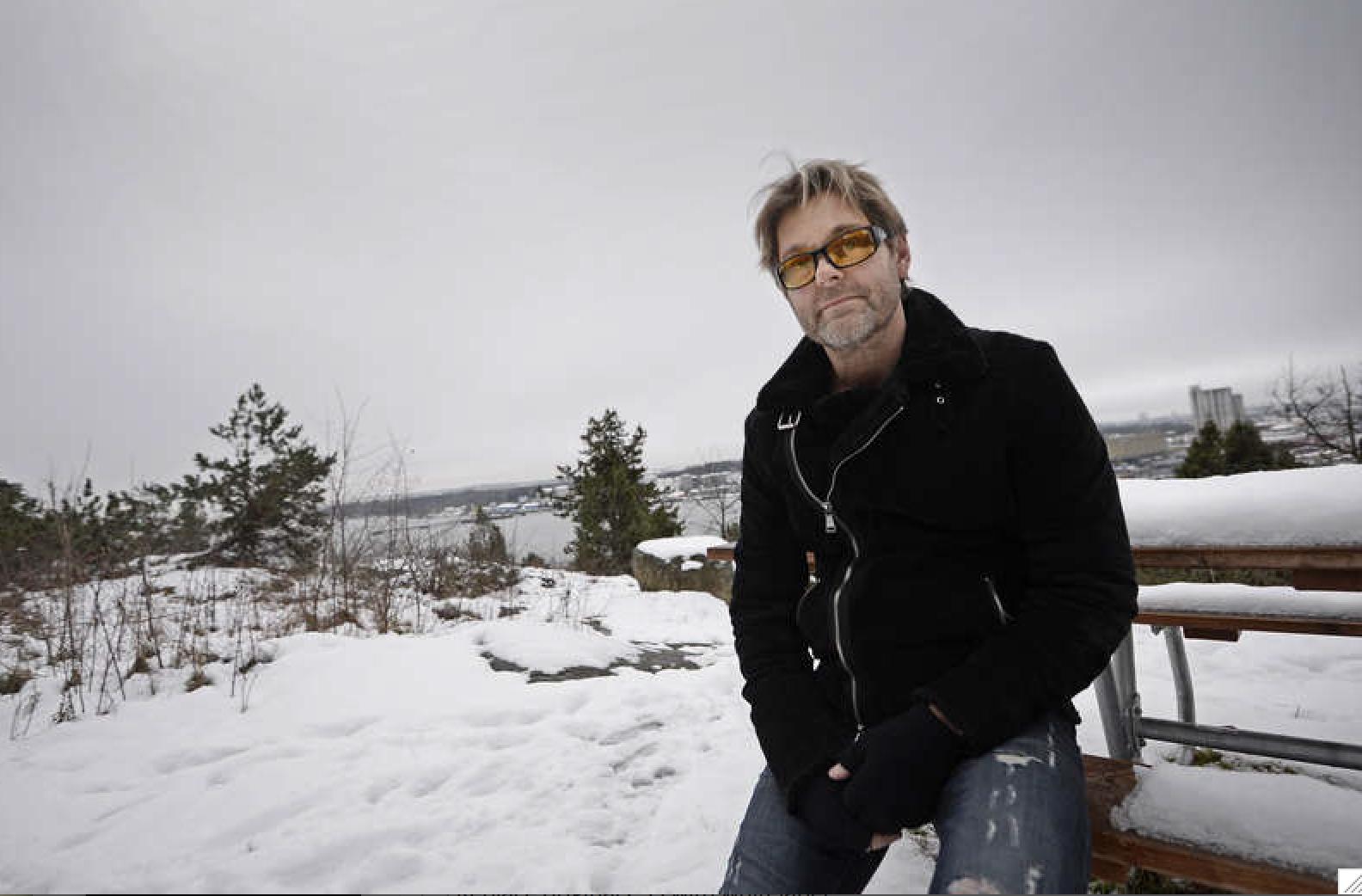 Niclas Wahlgren på en bergshäll på Lidingö utanför Stockholm.