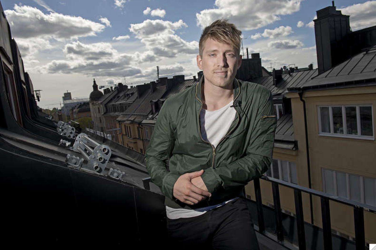 Danny Saucedo på en balkong på Södermalm