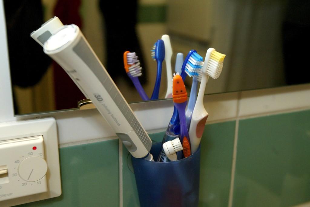 Borsta tänderna med lite... bajs? Foto: Urban Andersson.