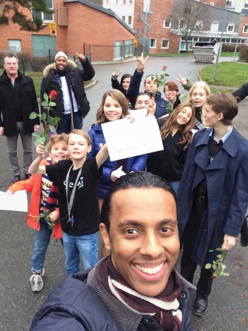 Mohammed tar en selfie med ungdomarna inför överraskningen. Foto: Privat.