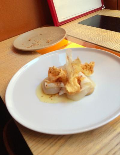 Råa pilgrimsmusslor med brynt smör och citron.