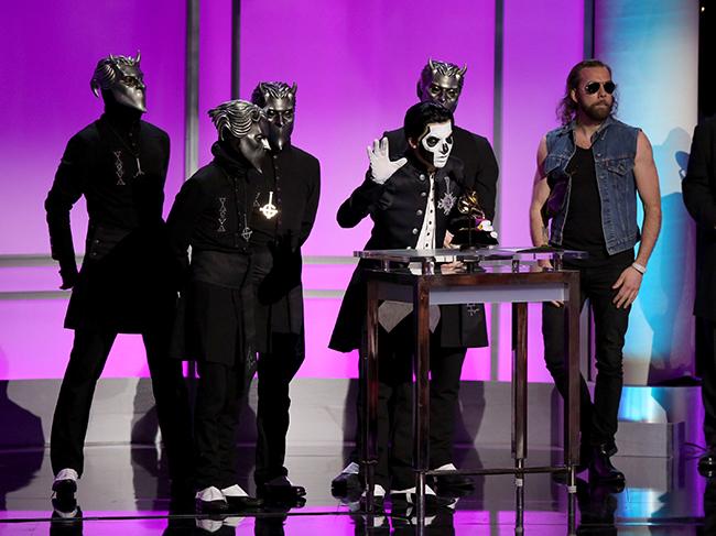 Papa och hans ghouls tackar för priset på scen i Los Angeles. Foto: Matt Sayles/Invision/AP/TT