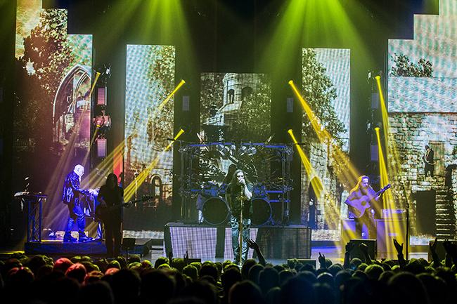 Progmetalgiganternas pråliga scenbygge verkar mestadels ha mycket roligare än frontmannen. Foto: Carolina Byrmo