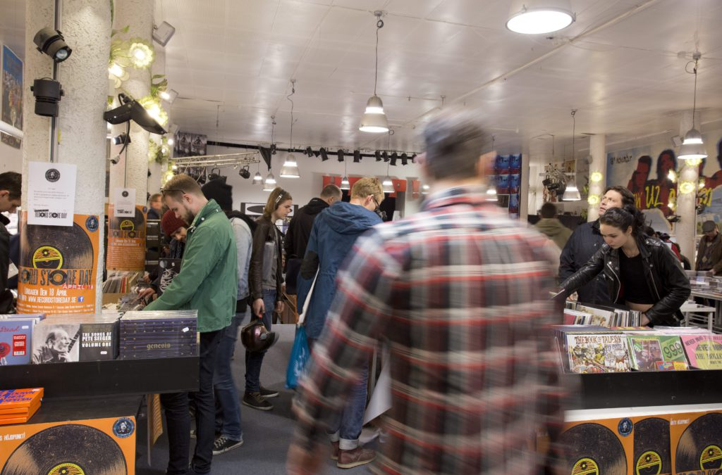 Räkna med att du inte får vara helt ensam hos skivhökaren i dag. Bilden ovan är hämtad från Bengans i Göteborg under Record store day i april 2015. Foto: Björn Larsson Rosvall/TT