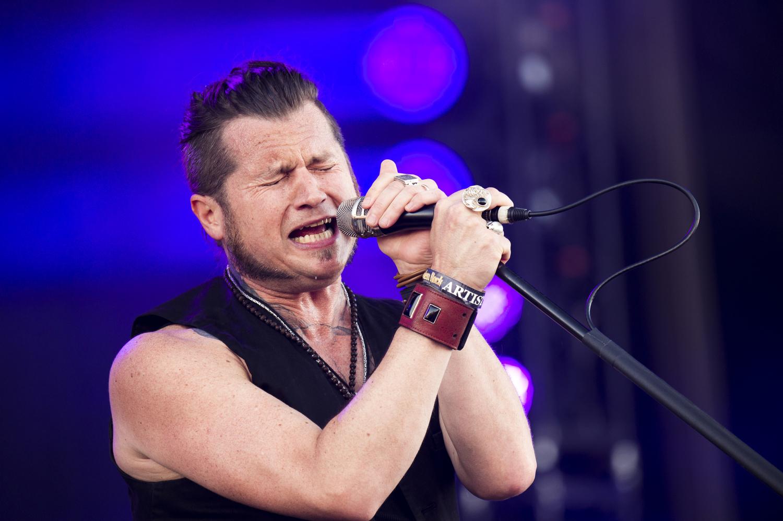 Jay Buchanan har inte bara en fantastisk röst, hans barfotaavslappnade scenstil är väldigt skön. Foto: Rickard Nilsson