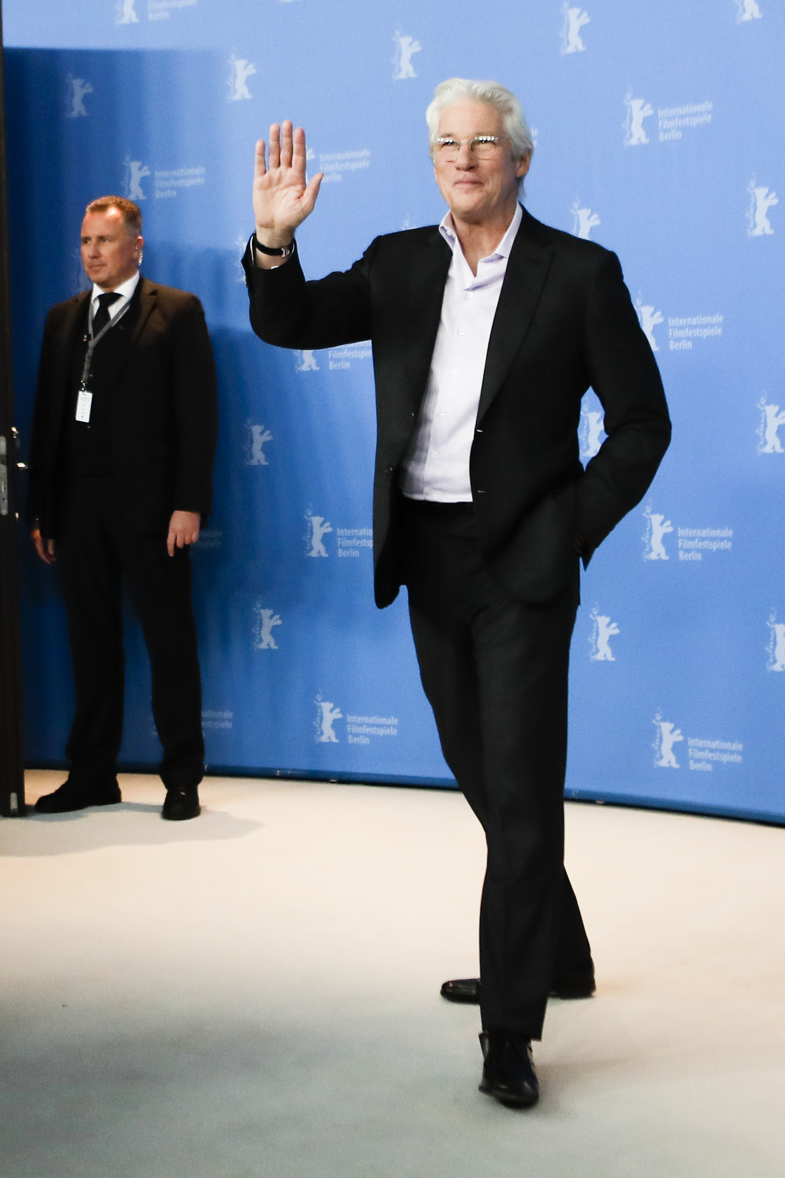 foto : markus schreiber : actor richard gere, right, poses for the photographers during a photo call for the film 'the dinner' at the 2017 berlinale film festival in berlin, germany, friday, feb. 10, 2017. (ap photo/markus schreiber) germany berlin film festival 201