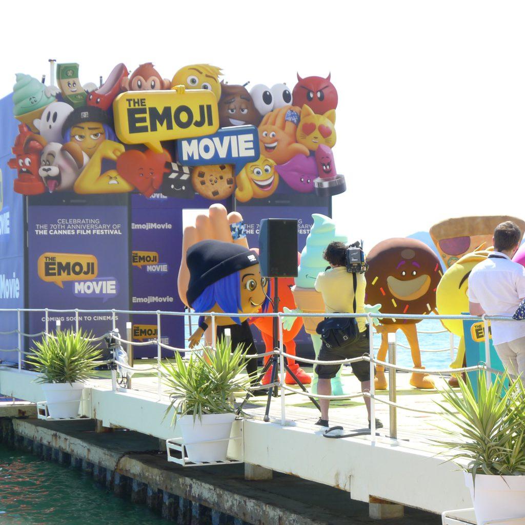 Tonåringar utklädda till emojis dansar loss på Hotel Carltons strandpir.