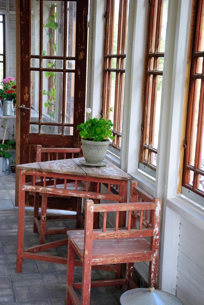 En vackert sliten sittplats i orangeriet. Gruppen stod tidigare på den veranda som fönster och dörrar är tagna från.