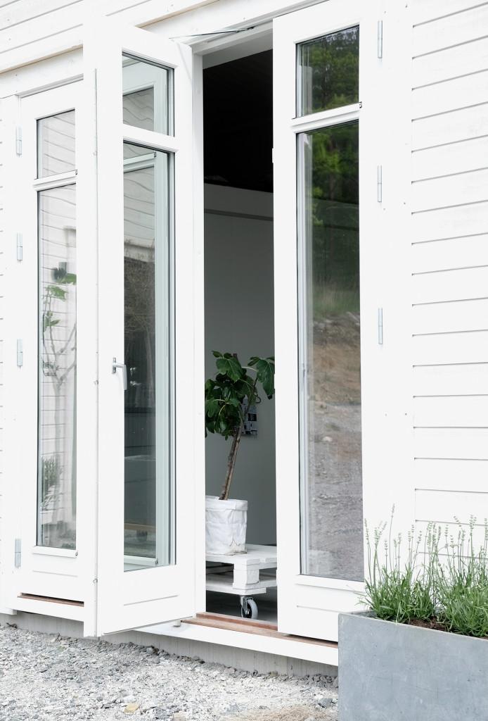 Dörrar och fönster är specialbeställda från Kronfönster i samma stil som bostadshuset.