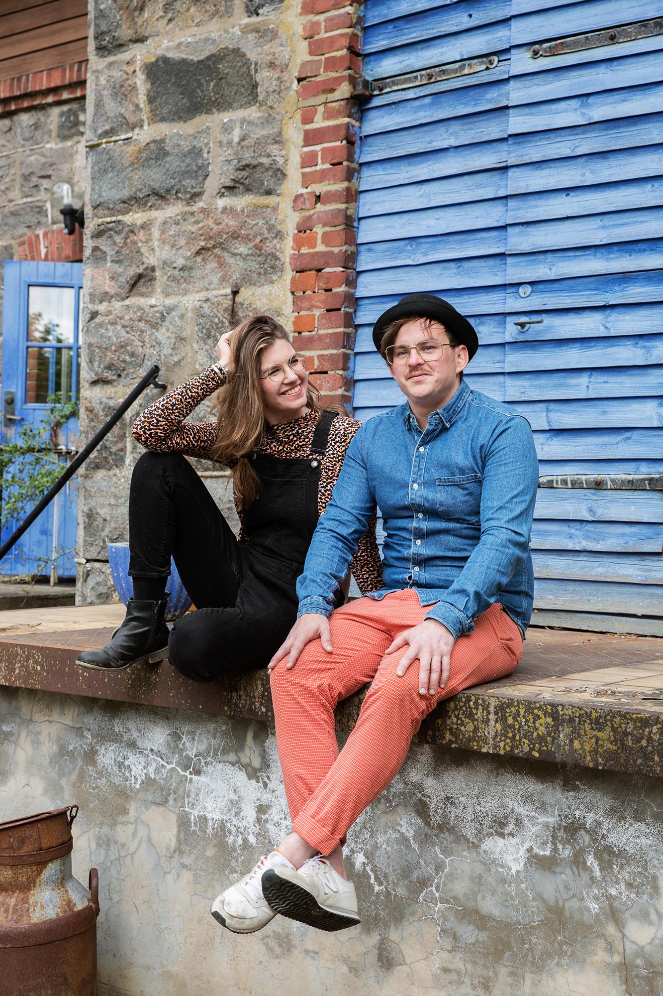 Förutom att driva Lis Mejeri arbetar Rina som mäklare och Johan som frilanskock.