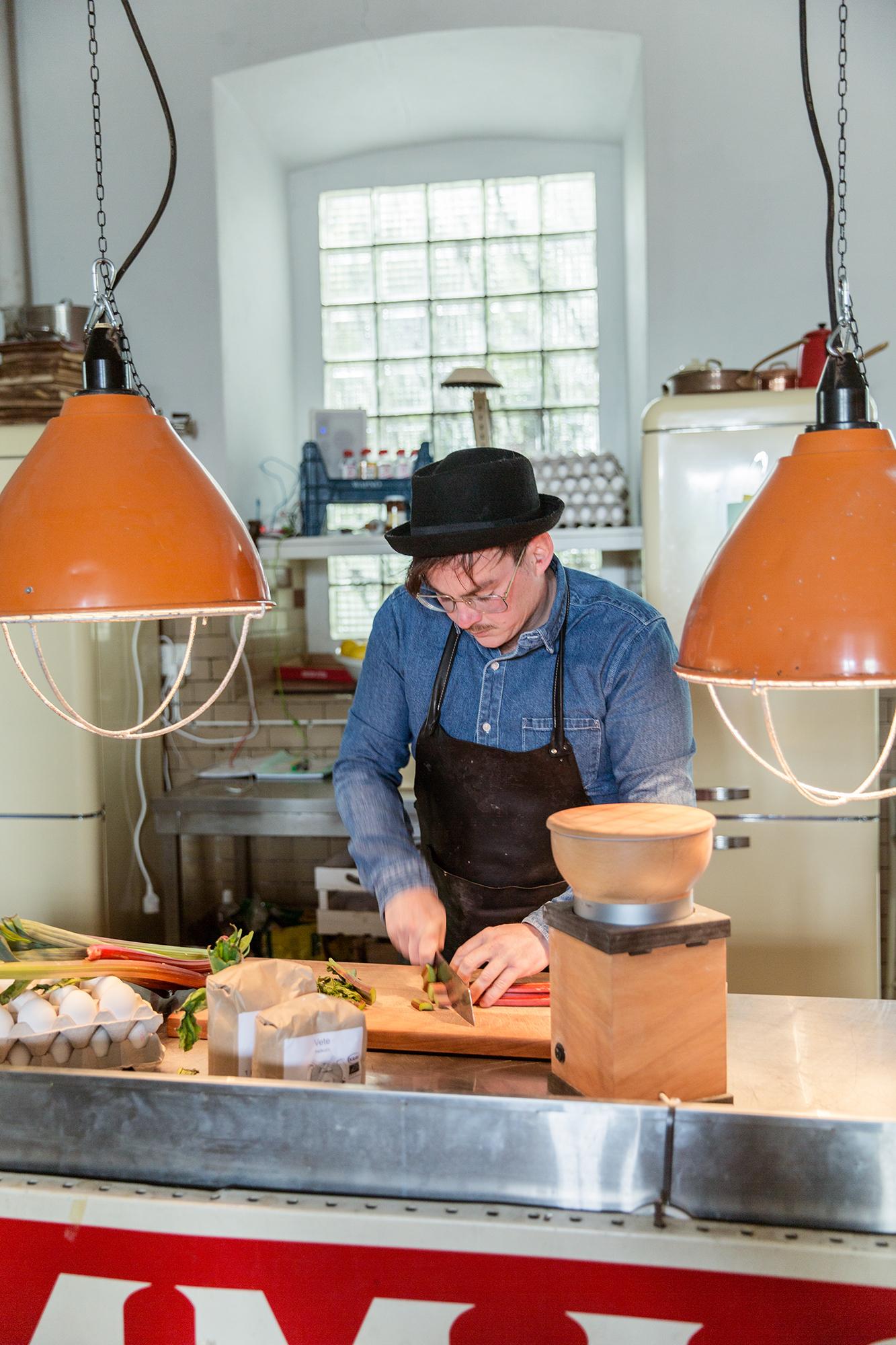 Bra mat på lokala råvaror är Johans melodi. Gästerna som kommer hit bjuds alltid på en femrättersmeny där ingredienserna helst av allt ska vara plockade från trädgården.