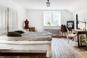 Ett av två stora sovrum på övervåningen. Här uppe har Johan och Rina sin privata sfär, medan undervåningen är för gäster.