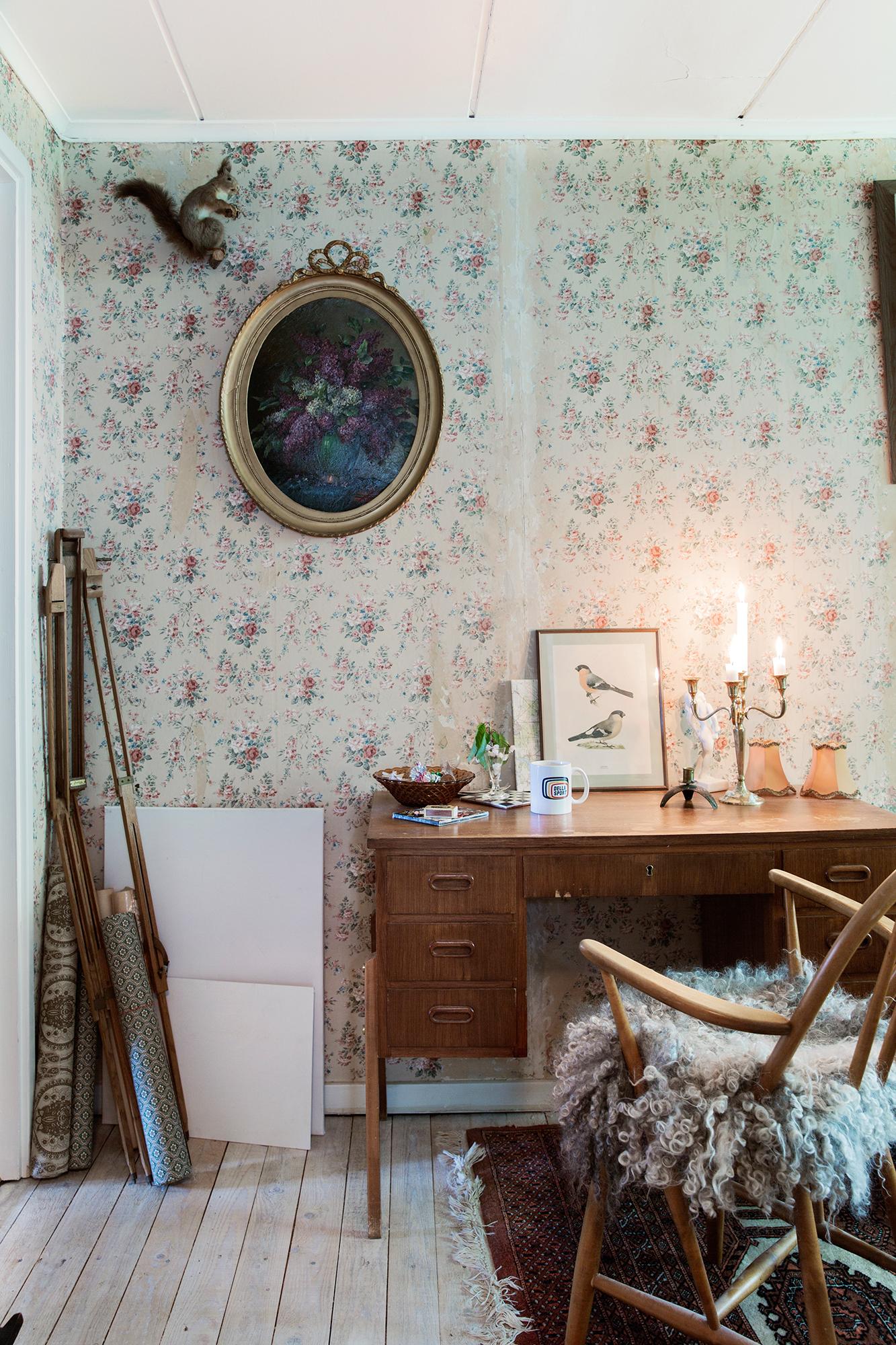 Johan och Rina har även varsitt litet rum på övervåningen, där de kan arbeta, uppdatera bloggen Lismejeri.blogg.se eller ägna sig åt att lösa Palmemordet.