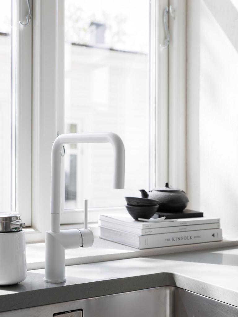 Blandaren Nivito i minimalistiskt snitt är liksom bänkskivan beställd från House of Design. Diskmedelspump från Vipp.