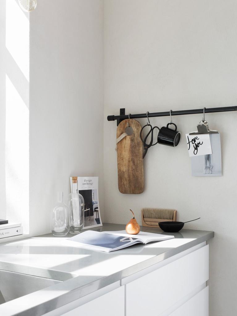 Som redskapsstång används en reling från Habitat, svart mugg från Iittala. Glaskaraffer Sinnerlig från IKEA.