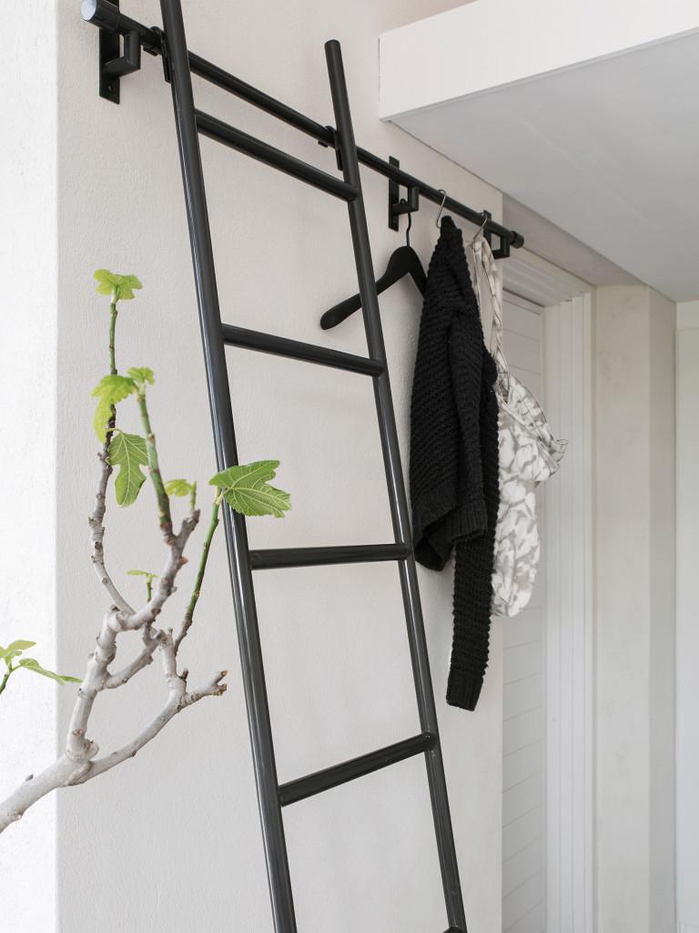 Stege till sovloftet från Habitat. Relingen fungerar även som hängare i hallen under lotet. Galge från HAY.