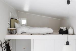 På sovloftet sover man skönt på en ekologisk traditionell futon madrass med Tatami gavel från Instylehouse.se, sängbord LTR Occasional table från Vitra, lampa på arm Tolomeo från Artemide.