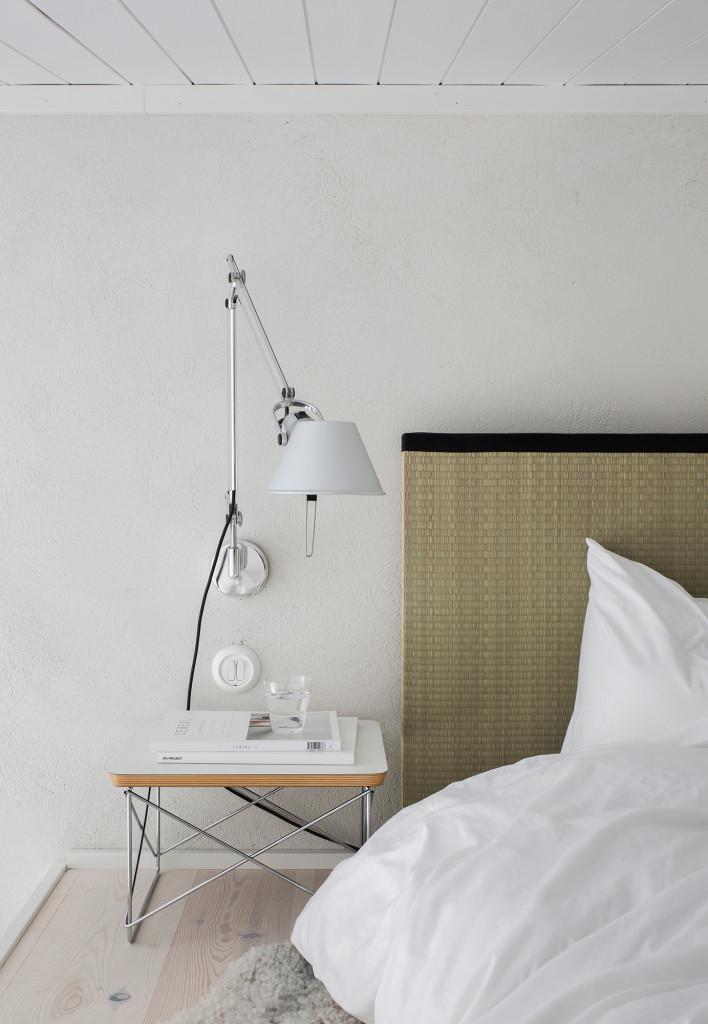 Den japanska futonen passar perfekt på loftet med begränsad takhöjd. Tatami gavel och ekologisk traditionell futon madrass från InStyleHouse. Lampa på arm Tolomeo från Artemide. Sängbord LTR Occassional table från Vitra, glas från Vipp.