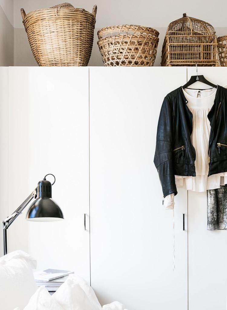 Diverse korgar från bla Tine K Home. Skinnpaj från Day Birger et Mikkelsen. Blus H&M Trend. Lampa Ikea.
