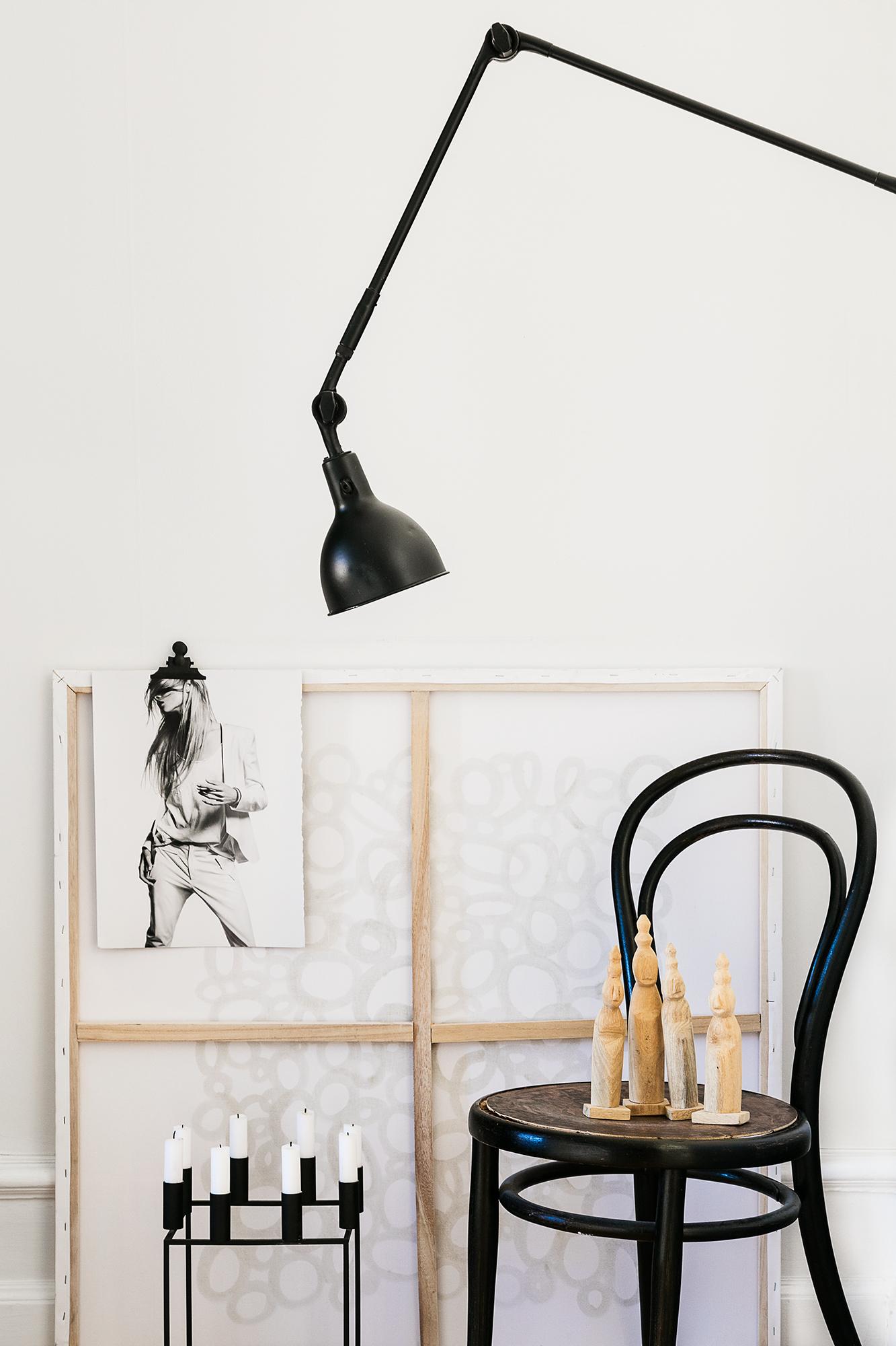 Stol Thonet inköpt på vägkantsloppis för 25 bagare, Industrilampa även den ett fynd från Antikhandlaren och spraymålad svart. Canvas/målning Marias egen, på denna sitter Hunky Dorys snygga kampanjbild. Kubus ljuslykta från By Lassen. Träfigurer DAY Home.