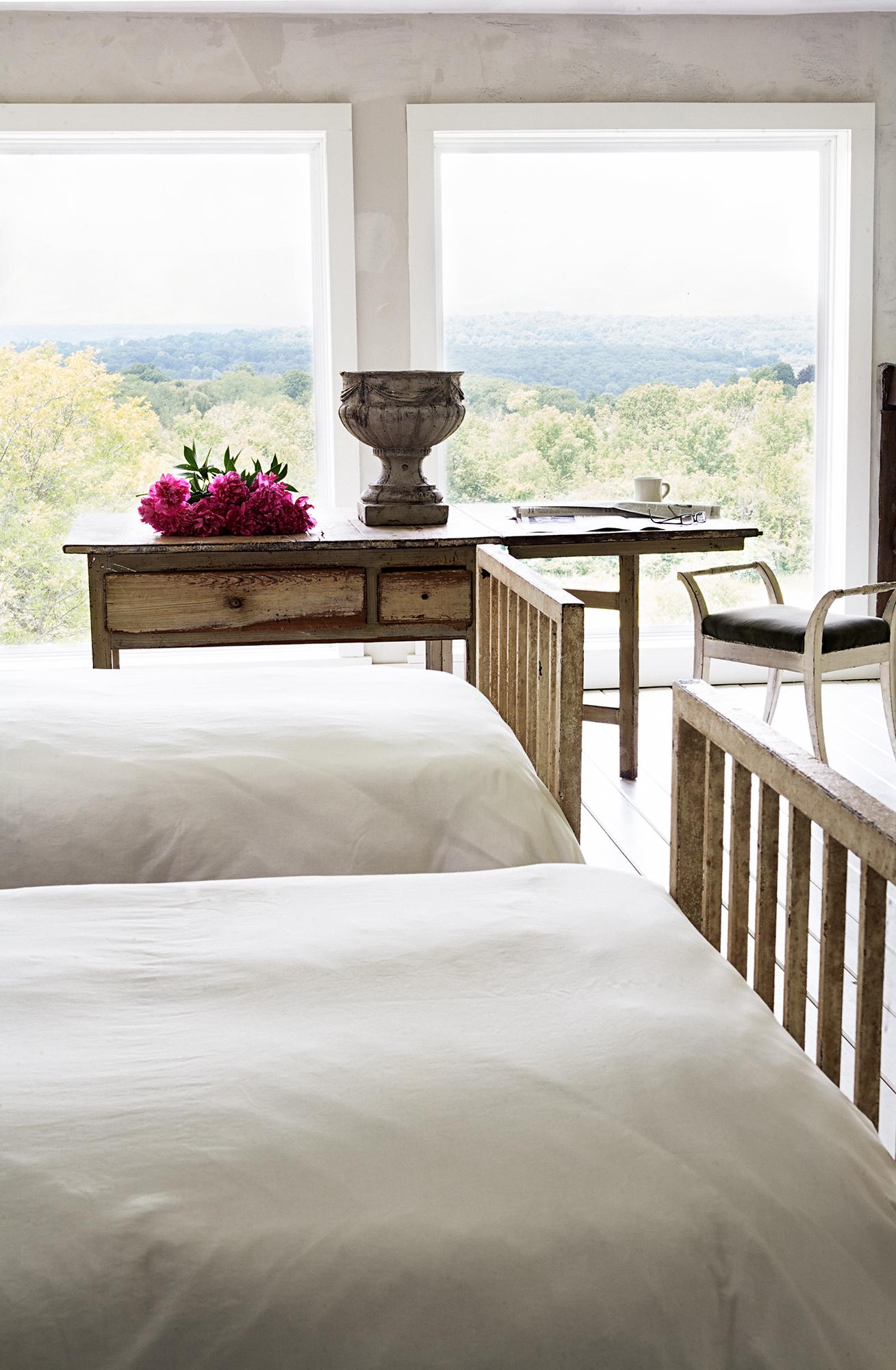På sovloftet finns plats för övernattande gäster. Sängarna är från ett nedlagt sjukhus.
