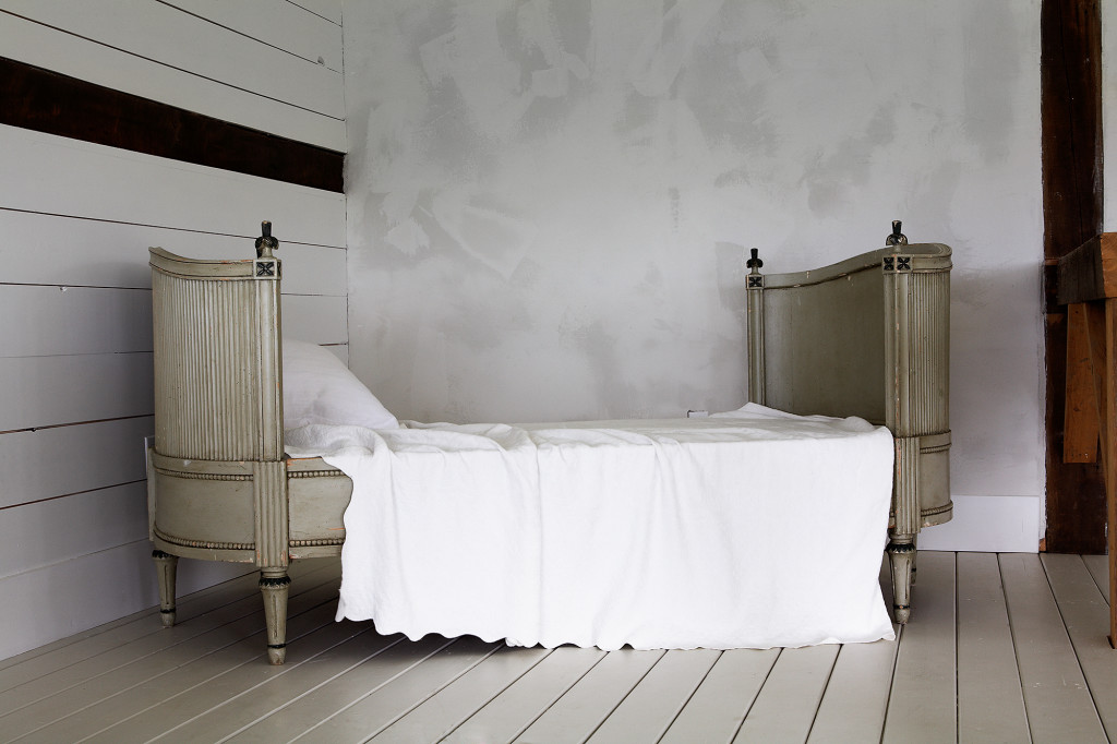 En gustaviansk säng från Sverige blir en extra sovplats.