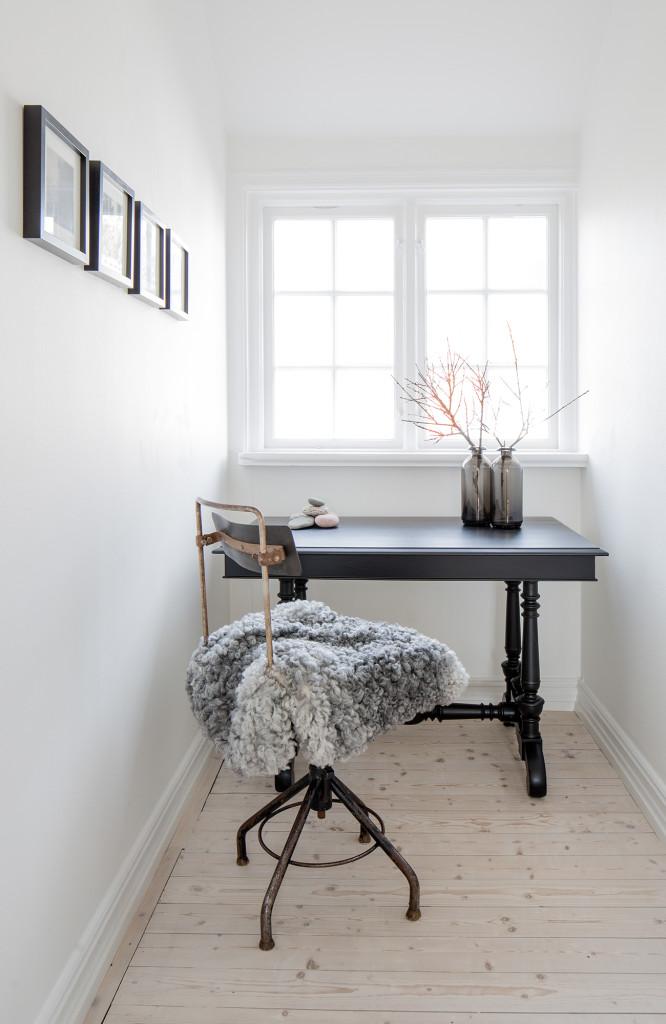 En liten tänkarhörna med fint ljusinsläpp. Det lilla skrivbordet är 100 år gammalt och ett arvegods från Henriks farmor. Stolen har Pia fyndat från en nerlagd butik i Helsingborg.
