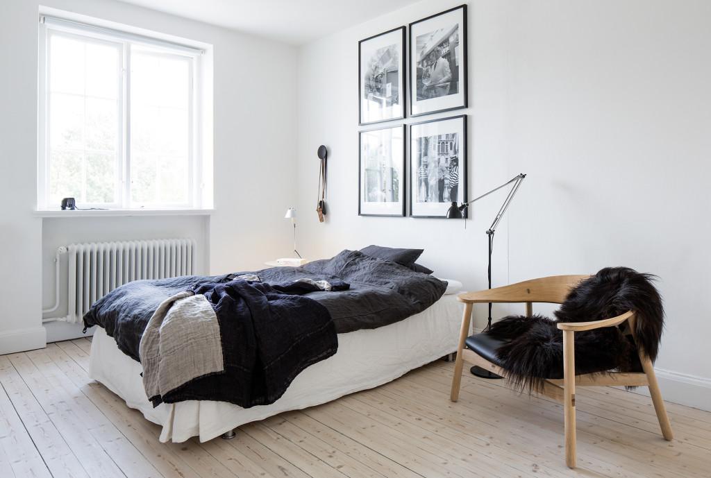 Här bor sonen Oscar när han är hemma. Sängen är bäddad med sängkläder från Himla. Därifrån kommer också överkastet. Stol designad av Henrik Bønnelycke. Tavlorna är inramade foton som Henrik tagit.