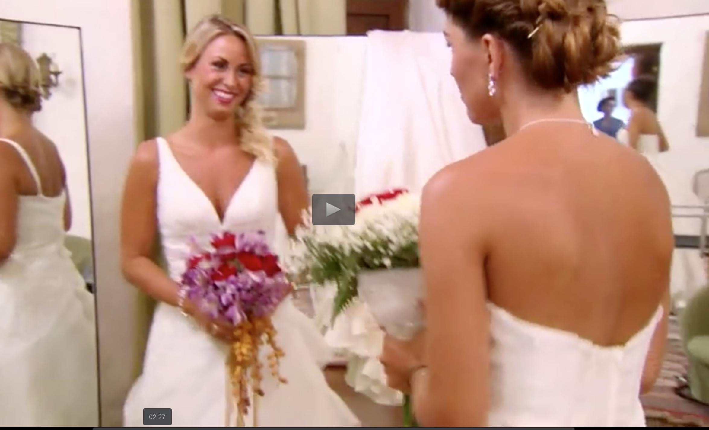 Caroline Sveistrup och Rebecca Stenström gör sig i ordning inför den fejkade bröllopsceremonin.