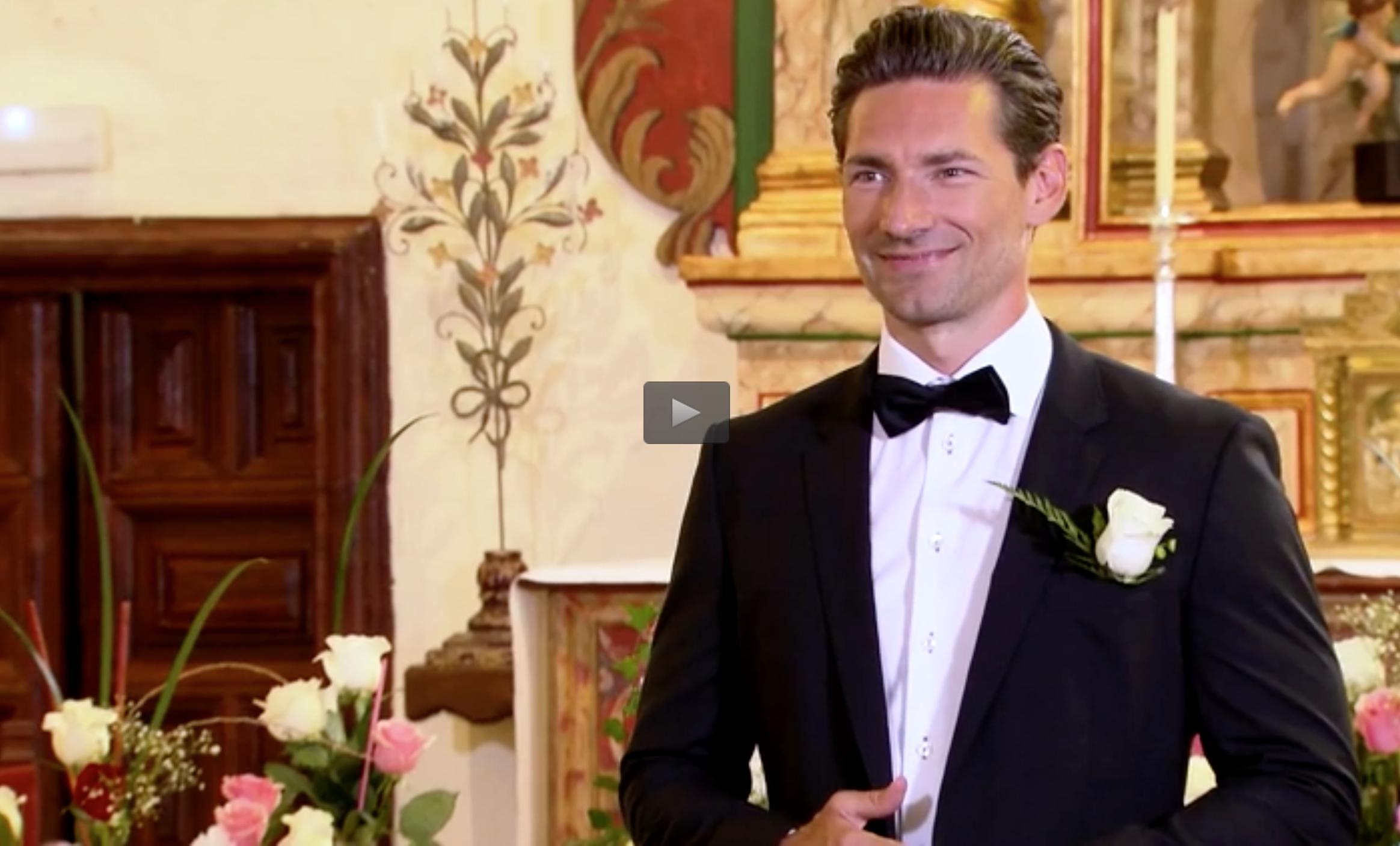 Det här förväntansfulla leendet hade Bachelor-Pär när en efter en gick mot honom i kyrkan,