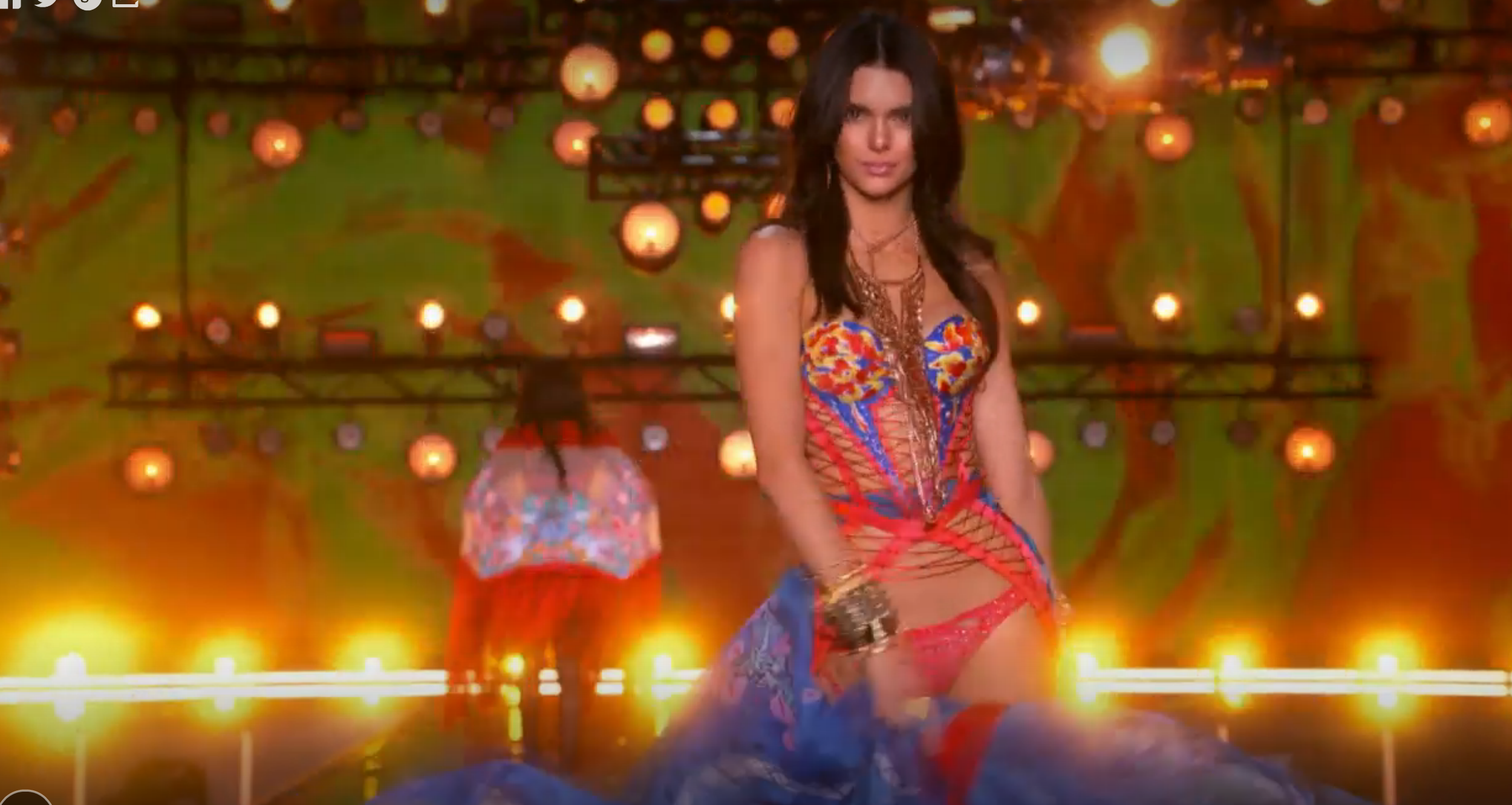 Modellen Kendall Jenner medverkar i Victoria Secret fashion show 2015.