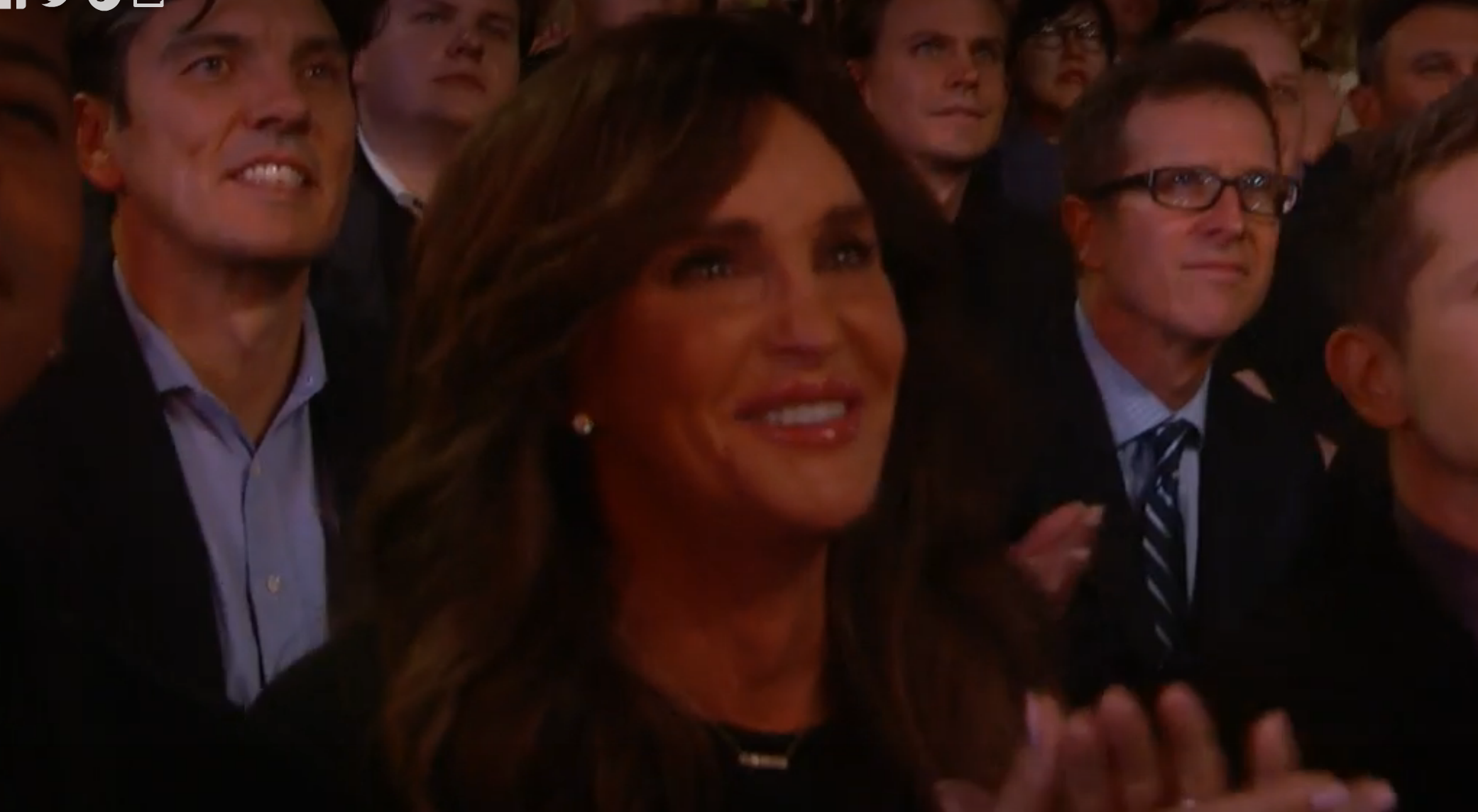 Kamerateamet har så klart koll på Caitlyn Jenners reaktion i publiken.