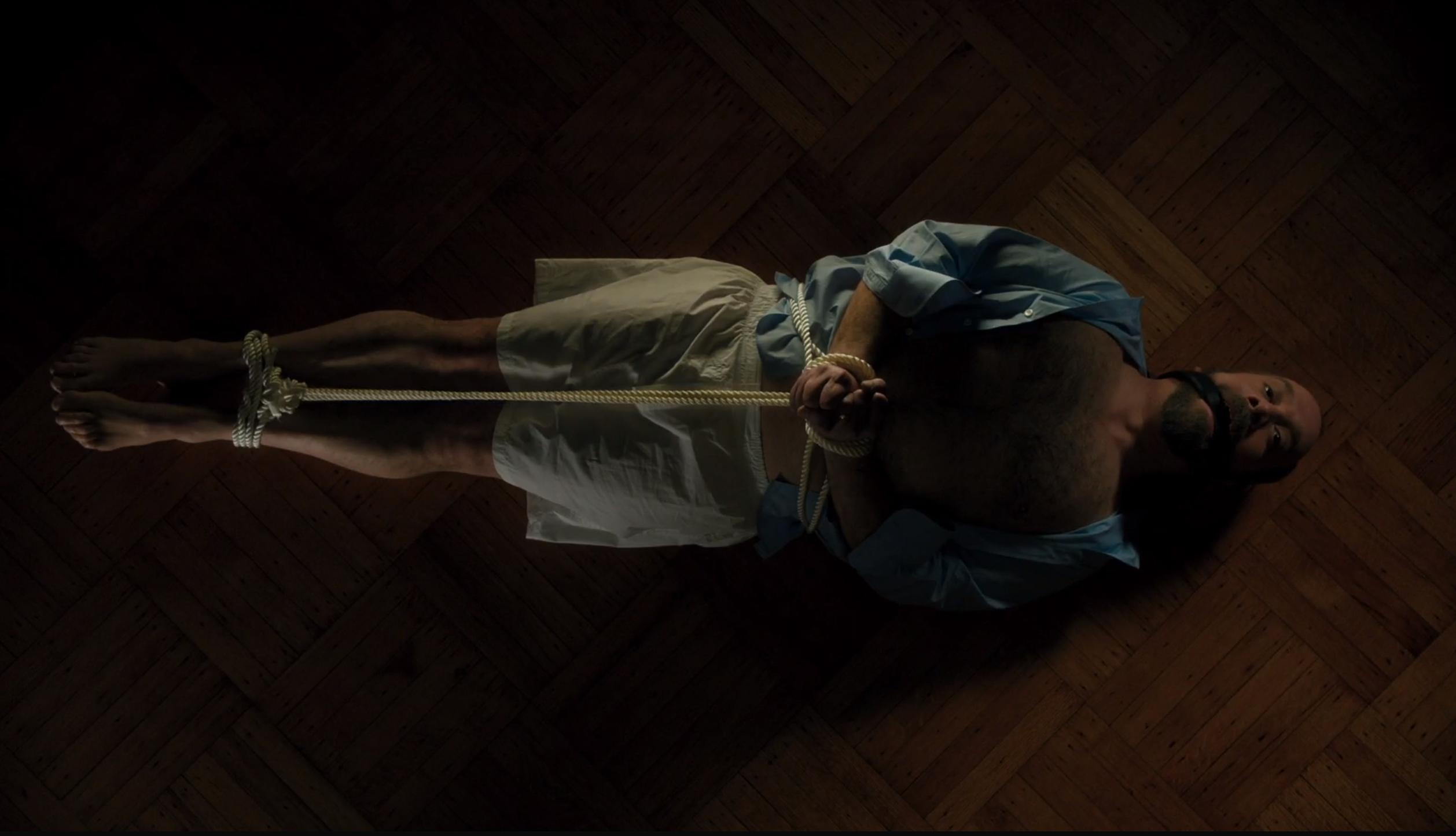 """Öppningsscenen av """"Billion"""" som har premiär på HBO Nordic. Statsåklagaren Chuck Rhoades fastbunden i en form av kinky sexlek."""