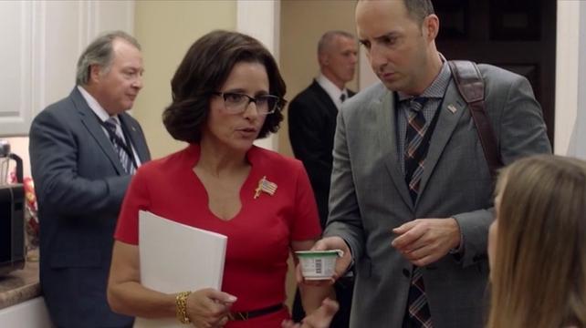 """Selena Meyer med sin """"stressfinne"""" och assistenten Gary (Tony Hale)."""