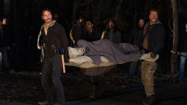 Ute i skogen med Maggie på en bår.
