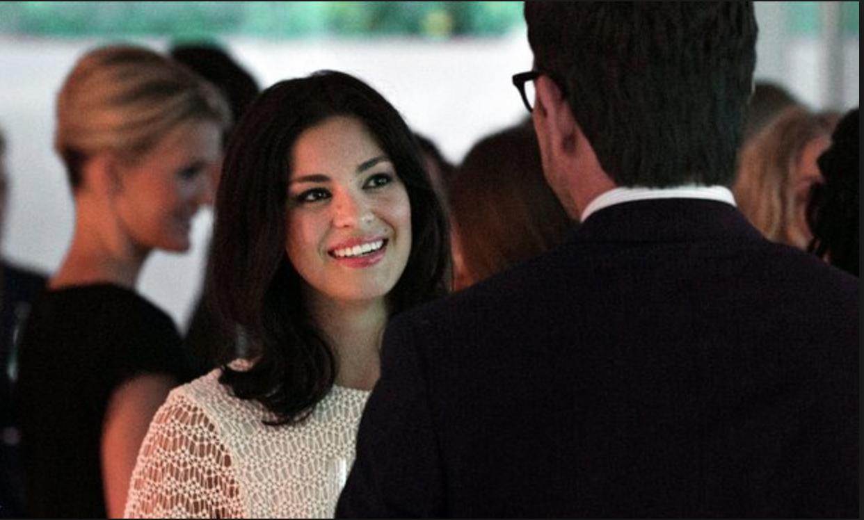 Natalie Madueño som spelar Alexanders ambitiöse nytillträdda chefsjurist Claudia.